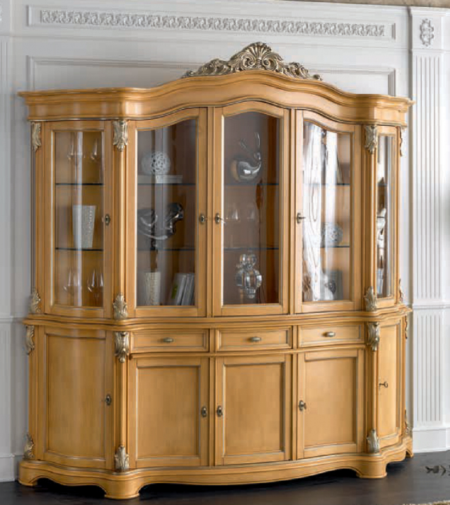 Classic style lacquered showcase