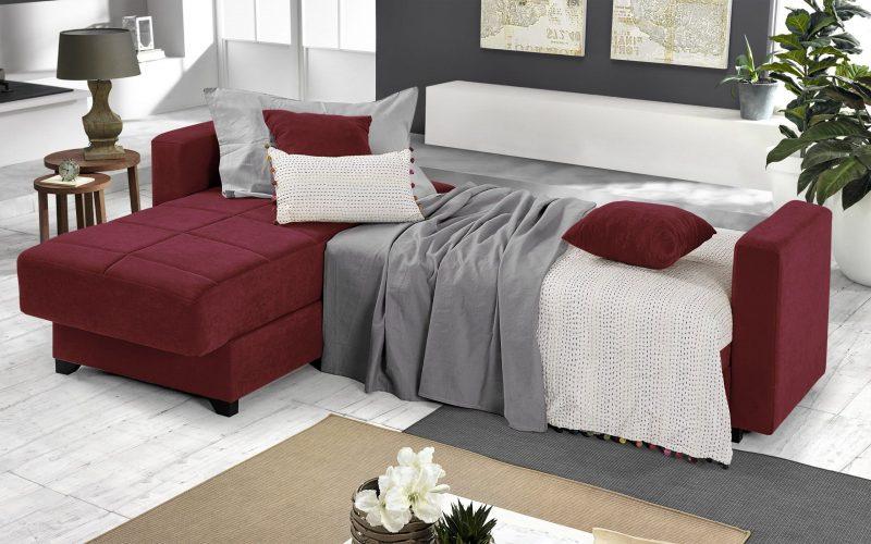 divano letto con coperte